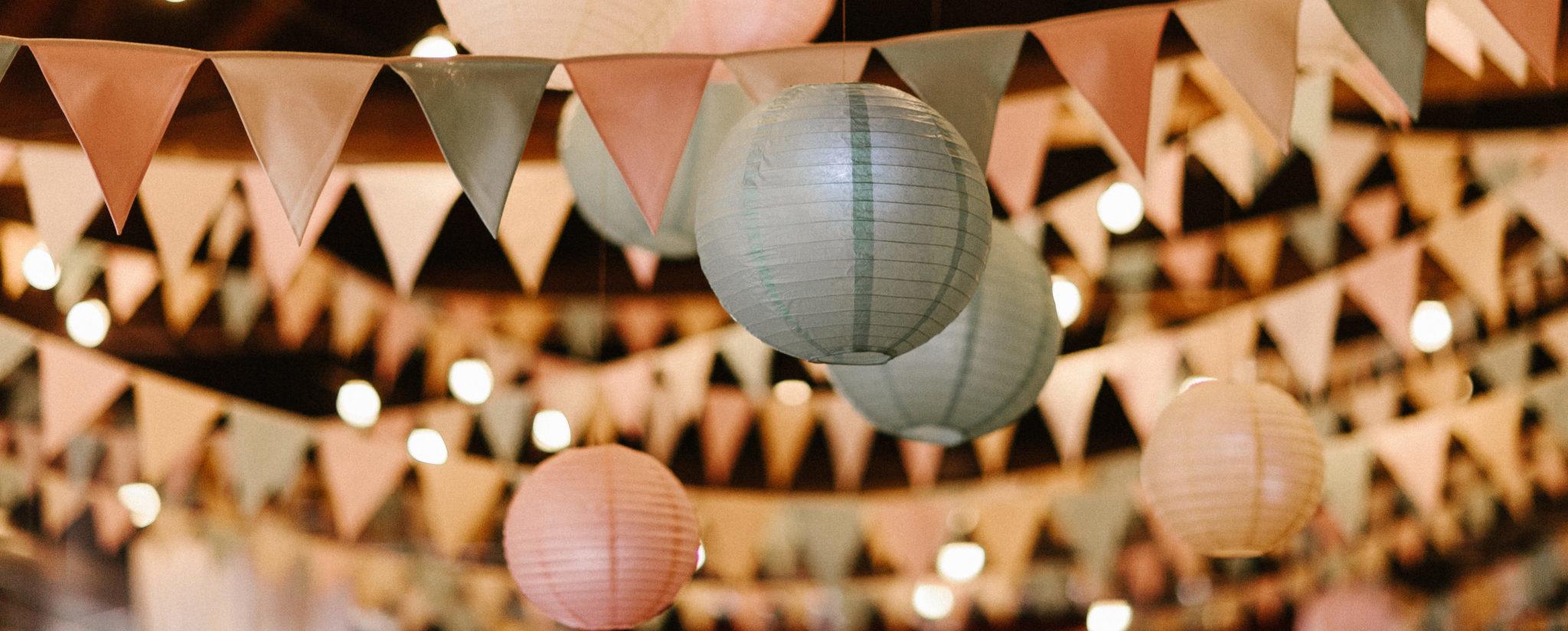 Wimpelketten und Lampions Hochzeitsdekoration
